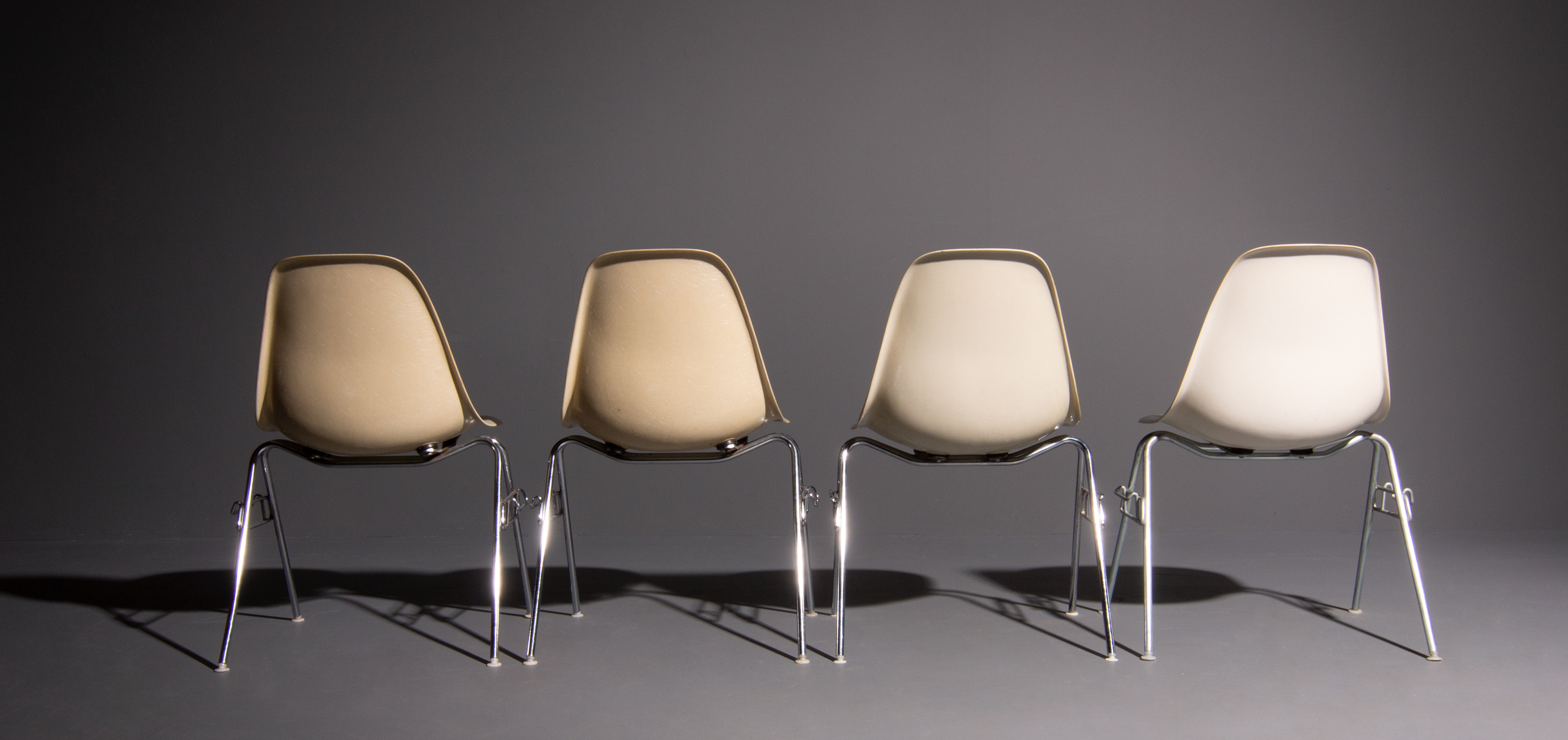 Retro Eames Stoelen.Vintage Eames Chairs Produced By Herman Miller In Different Colors White